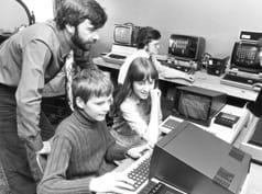 Bild, das frühe Computer und ihre Benutzer zeigt.