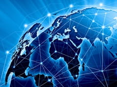 Bild, das das Internet als Verbindungslinien um einen Globus zeigt